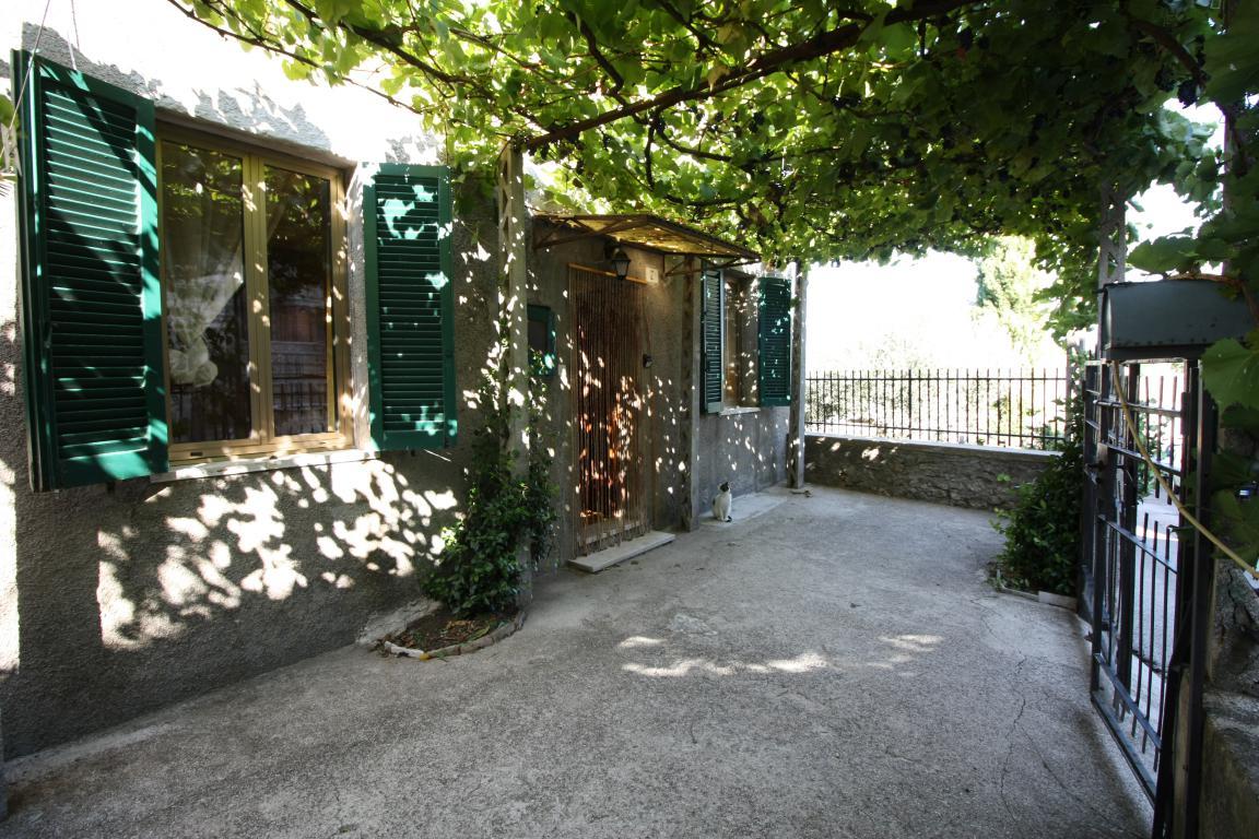 Amelia - Casa Singola con giardino - Fraz. Macchie - Esterno Vista 2