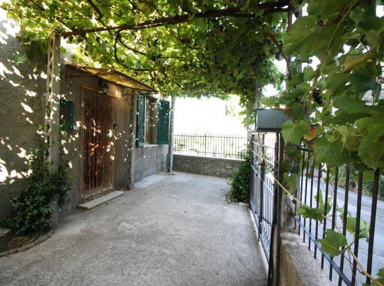 Amelia - Casa Singola con giardino - Fraz. Macchie - Ingresso Vista 3