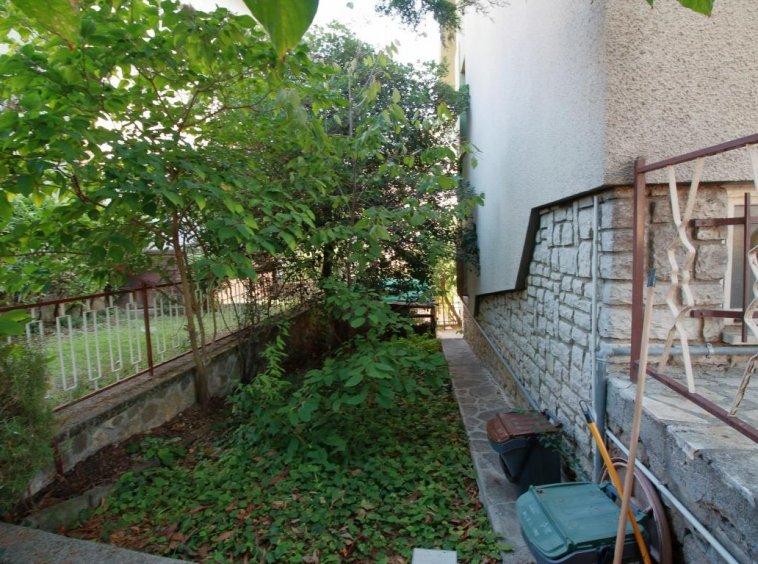 18 - Amelia - Via Alexander Lager - Apaprtamento con giardino - Vista Angolo Giardino