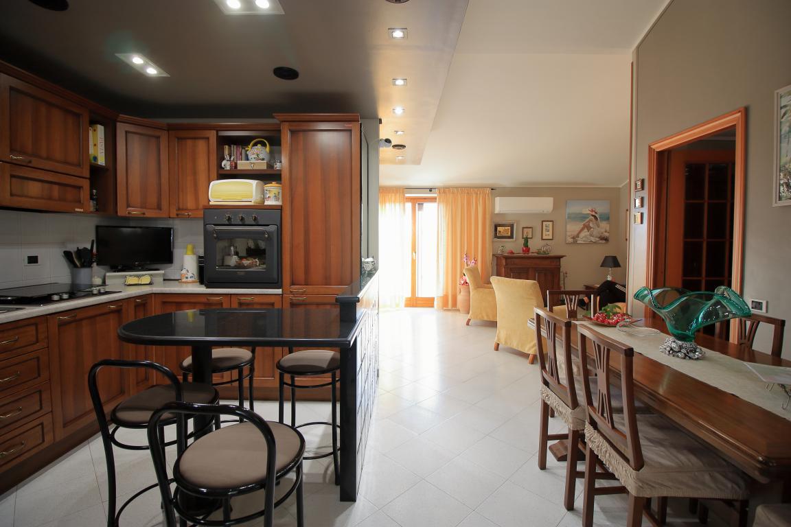 7 - Amelia - Appartamento - Via C.A. dalla Chiesa - Vista Salone e Cucina